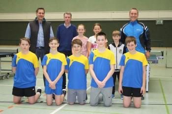 Zahnarzt Jochen Völkening, Vorstandsvorsitzender Wilhelm Beneker und Trainer Christian Specker zusammen mit den Dielinger Tischtennisschülern